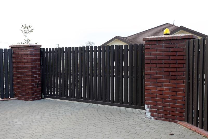 Ворота откатные из штакетника металлического