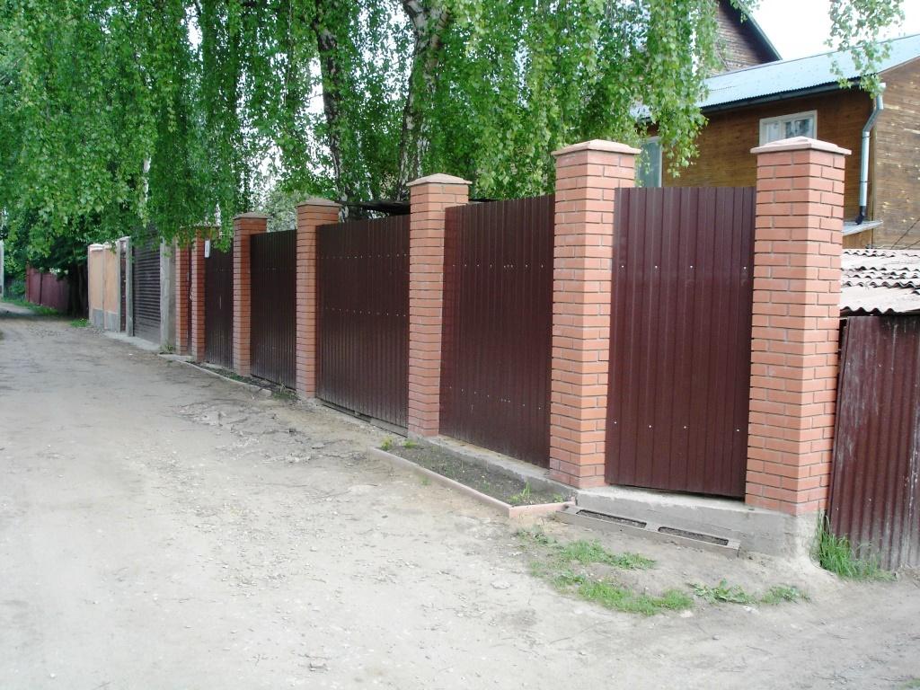 забор с кирпичными столбами фото делает штукатурку только
